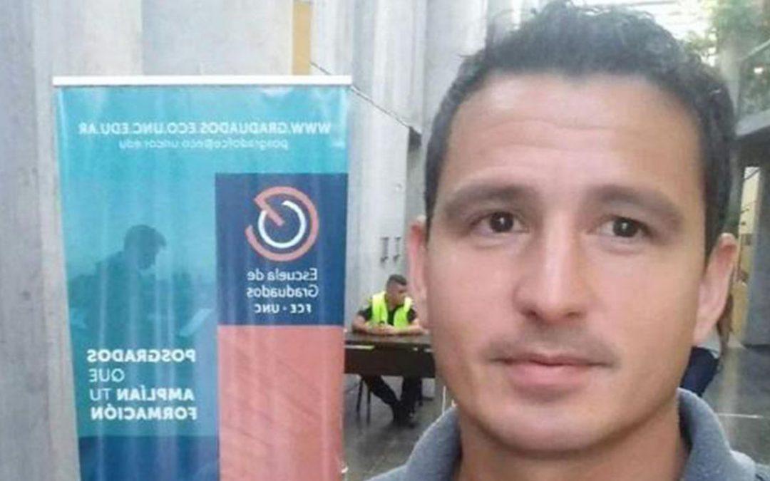 Roberto Ochonga vendía verduras en un carrito y ahora se recibió de contador