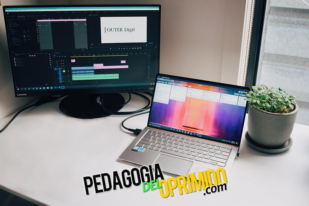 Monitor con un editor de video para para presentaciones de la universidad abierto